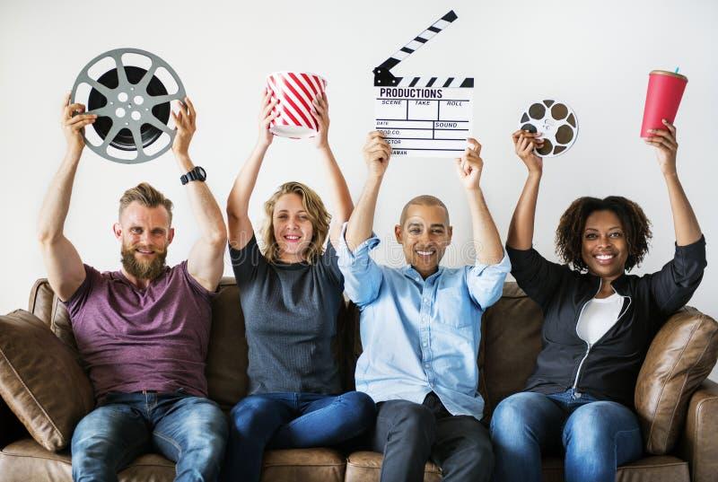 Groep vrienden die film en filmvoorwerpen houden royalty-vrije stock foto's