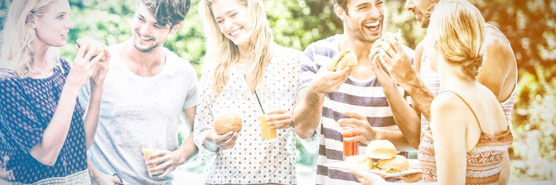 Groep vrienden die hamburgers en sap hebben royalty-vrije stock afbeelding