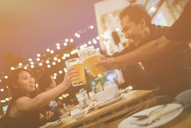 Groep Vrienden die het festival vieren en Avond van Dranken genieten royalty-vrije stock fotografie