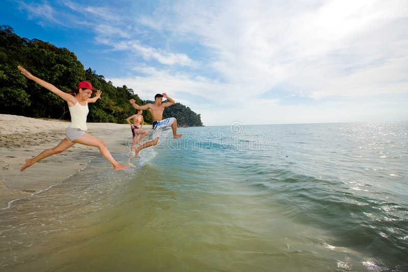 Groep vrienden die in het overzees springen
