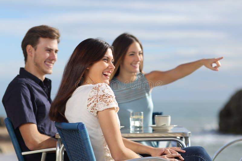 Groep vrienden die horizon in een restaurant bekijken royalty-vrije stock foto