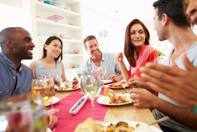 Groep Vrienden die Lijst rondhangen die Dinerpartij hebben royalty-vrije stock afbeeldingen