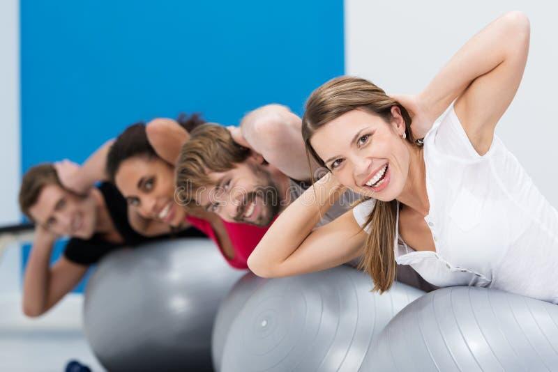 Groep vrienden die Pilates doen bij de gymnastiek stock foto