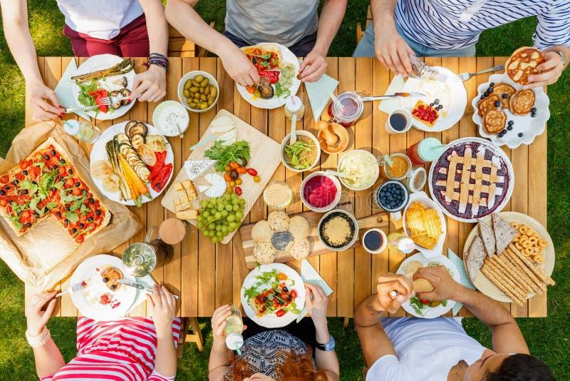 Groep vrienden die pizza eten stock foto's