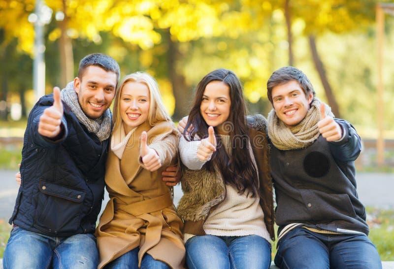 Groep vrienden die pret in de herfstpark hebben royalty-vrije stock foto