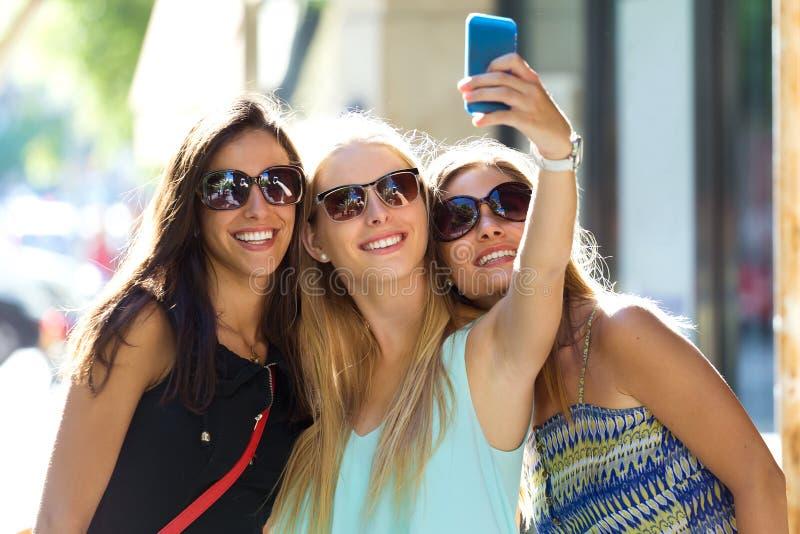 Groep vrienden die selfie in de straat nemen royalty-vrije stock fotografie