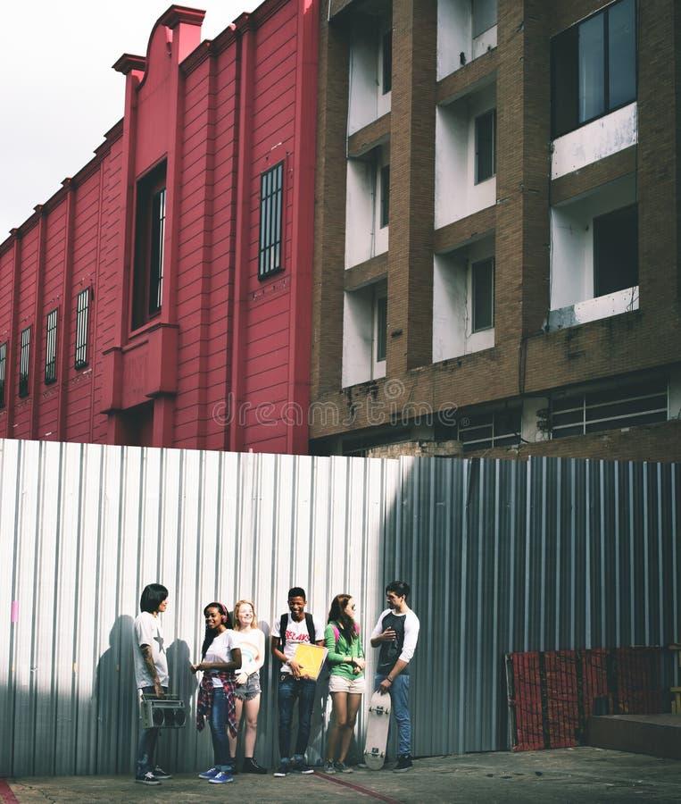 Groep vrienden die uit in de stad hangen stock afbeelding