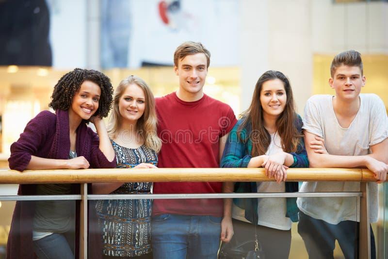 Groep Vrienden die uit in Winkelcomplex hangen royalty-vrije stock foto