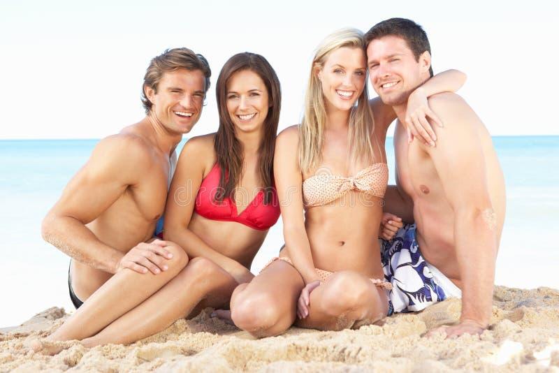 Groep Vrienden die van de Vakantie van het Strand genieten stock afbeeldingen