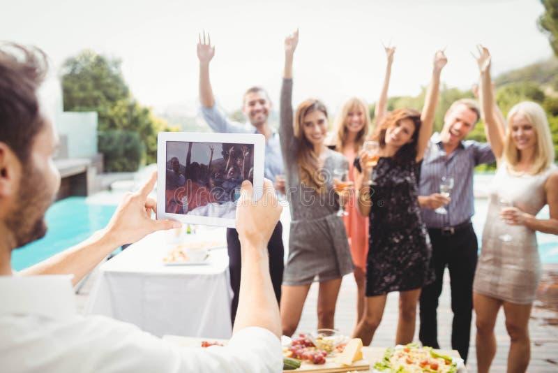 Groep vrienden die voor foto stellen stock fotografie