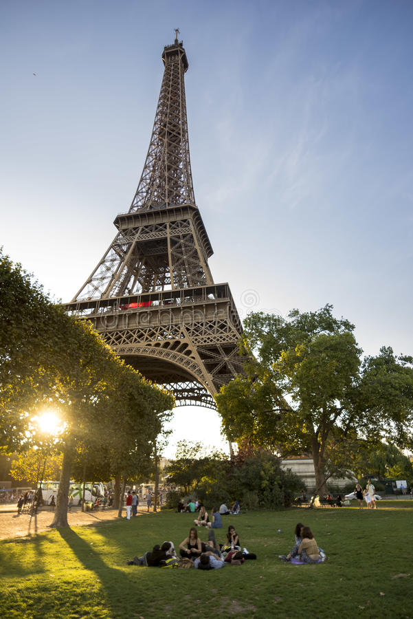 Groep Vrienden en Eiffel stock afbeeldingen