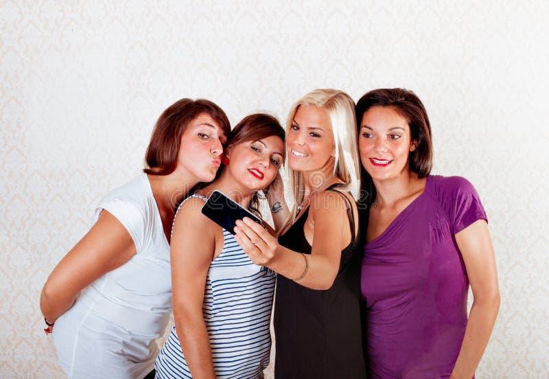 Groep vrienden genomen beeld met cameratelefoon stock foto