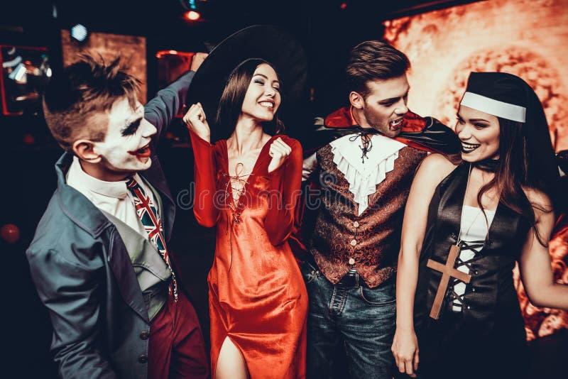 Groep Vrienden in Halloween-Kostuums het Dansen royalty-vrije stock afbeelding