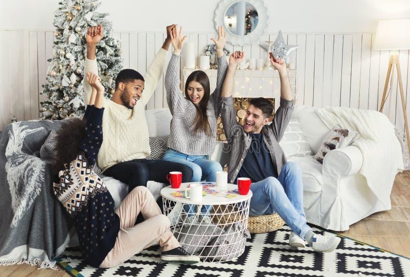 Groep vrienden het ontspannen en speelkaarten samen royalty-vrije stock foto's