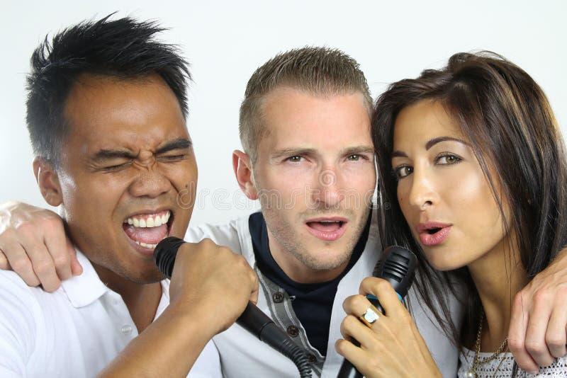 Groep vrienden het zingen royalty-vrije stock afbeeldingen