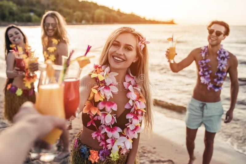 Groep vrienden op strand royalty-vrije stock afbeeldingen