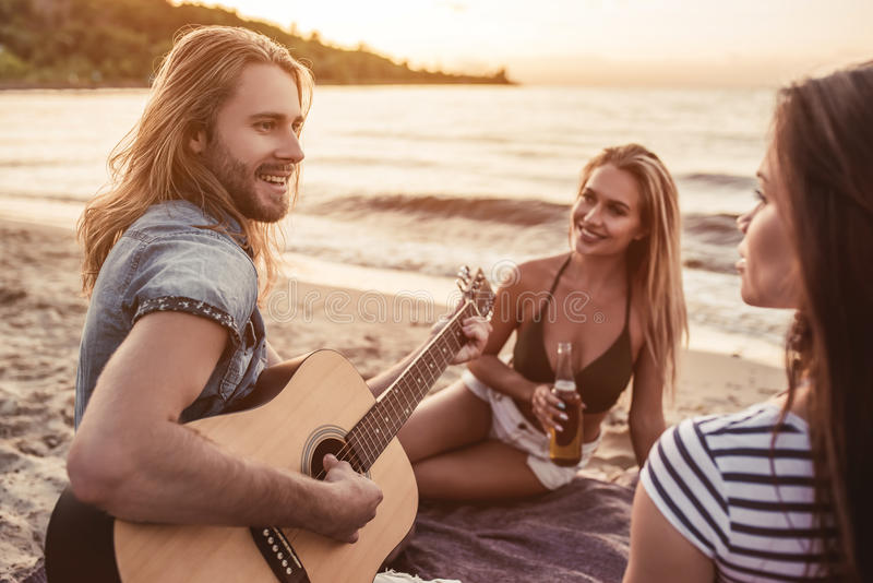 Groep vrienden op strand royalty-vrije stock afbeelding