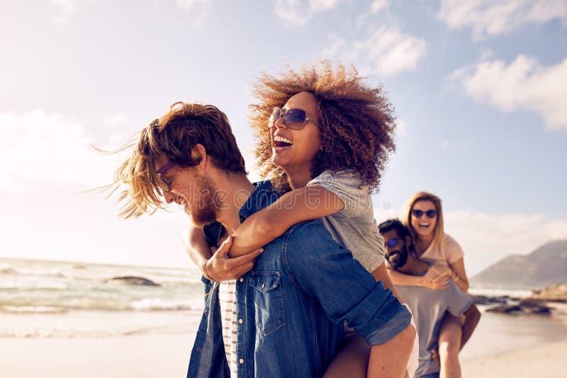 Groep vrienden op strandvakantie stock foto's