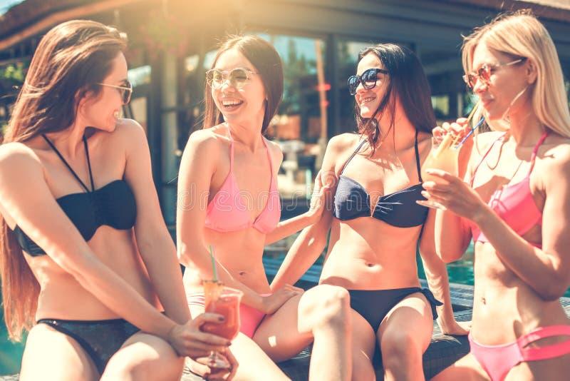 Groep vrienden samen in de zwembadvrije tijd royalty-vrije stock afbeeldingen