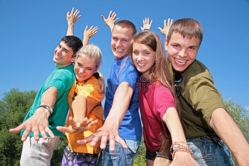 Groep vrienden in veelkleurige overhemden royalty-vrije stock fotografie