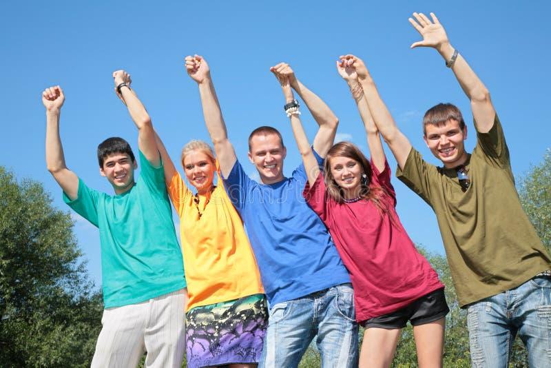 Groep vrienden in veelkleurige overhemden royalty-vrije stock afbeelding