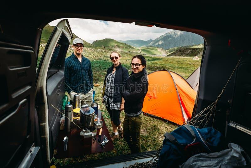 Groep vriendenreis door auto Het kamperen in weg travelÑŽ Mening van binnenuit de Auto stock fotografie