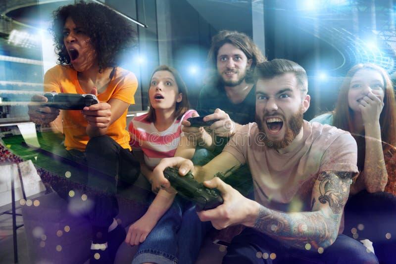 Groep vriendenspel bij voetbalspel royalty-vrije stock afbeelding