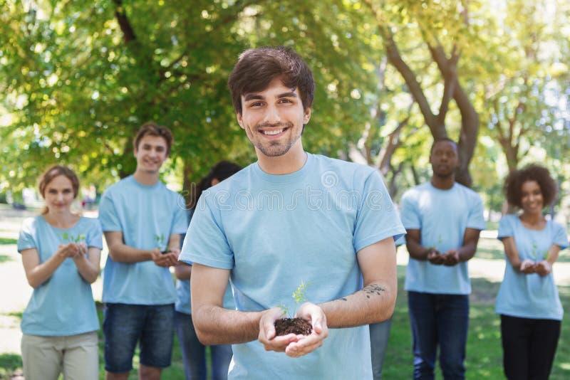 Groep vrijwilliger met bomen voor het groeien royalty-vrije stock foto