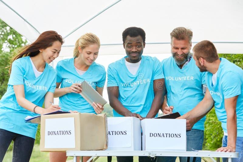 Groep vrijwilligers bij fundraiser royalty-vrije stock foto's