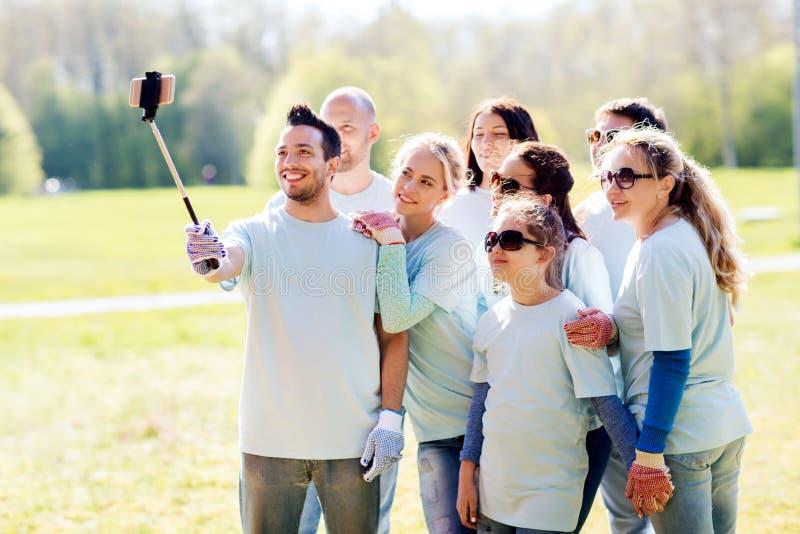 Groep vrijwilligers die smartphone nemen selfie stock foto