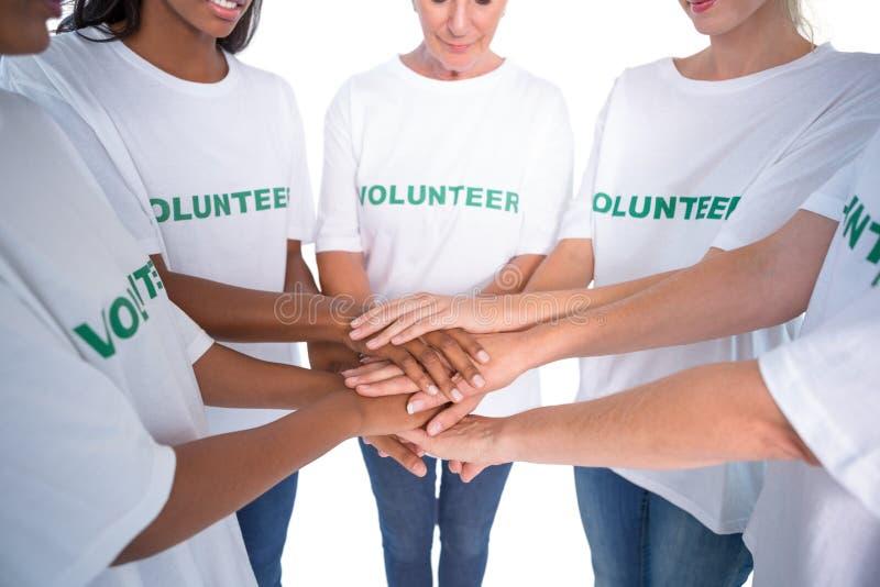 Groep vrouwelijke vrijwilligers met handen samen royalty-vrije stock foto's