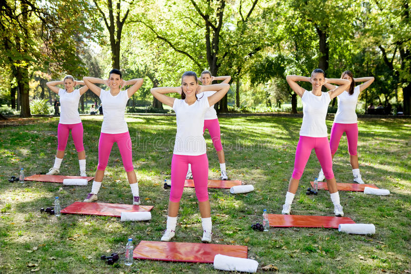 Groep vrouwen die opwarmingsoefeningen doen stock foto's