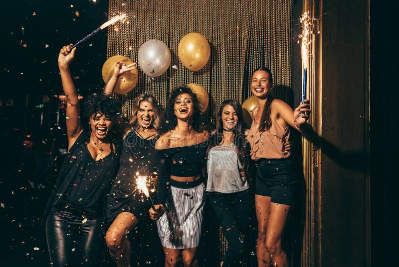 Groep vrouwen die partij hebben bij nachtclub royalty-vrije stock afbeelding