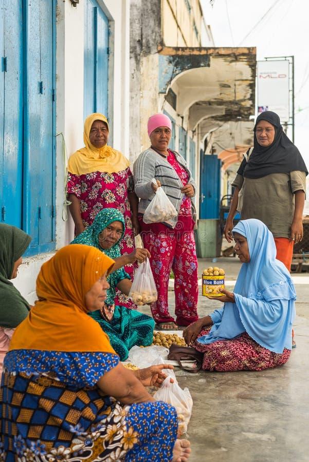 Groep vrouwen die tropisch fruit verkopen royalty-vrije stock afbeeldingen