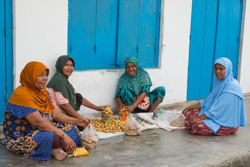 Groep vrouwen die tropisch fruit verkopen royalty-vrije stock afbeelding