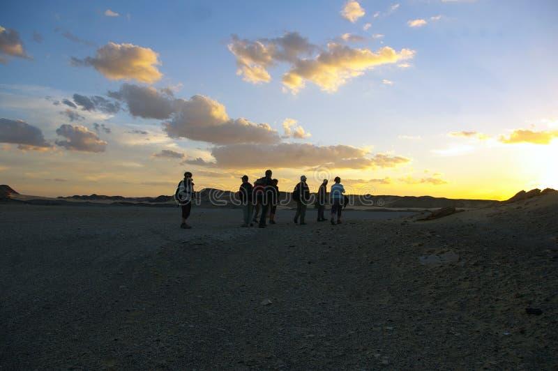 Groep wandelaars in de witte Libische woestijn in Egypte stock fotografie