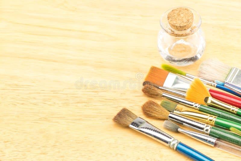 Groep waterverfborstel op houten lijst, Exemplaarruimte voor het toevoegen van y royalty-vrije stock afbeeldingen
