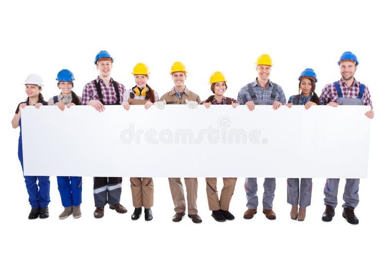 Groep werklieden en vrouwen met een banner royalty-vrije stock afbeelding