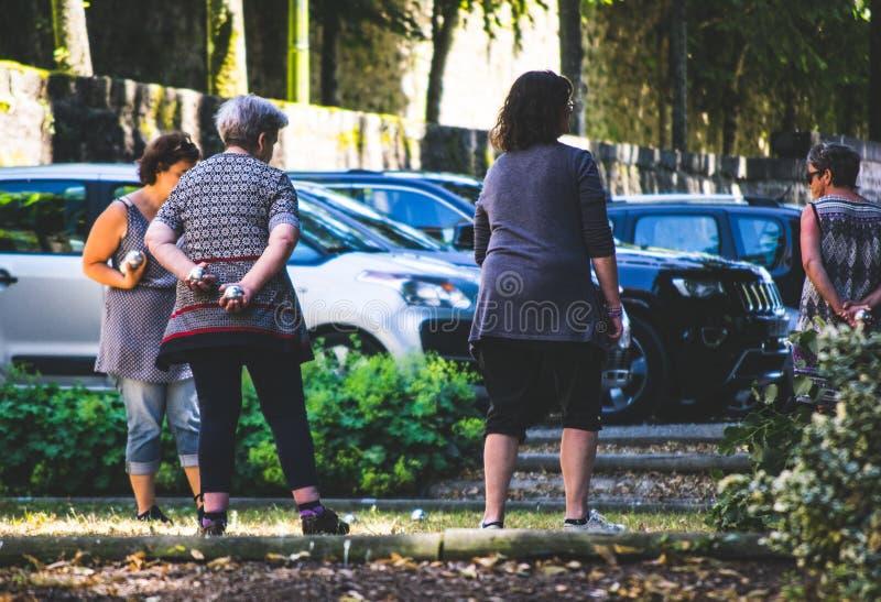 Groep wijfjes enjoyig petanque in het park royalty-vrije stock foto