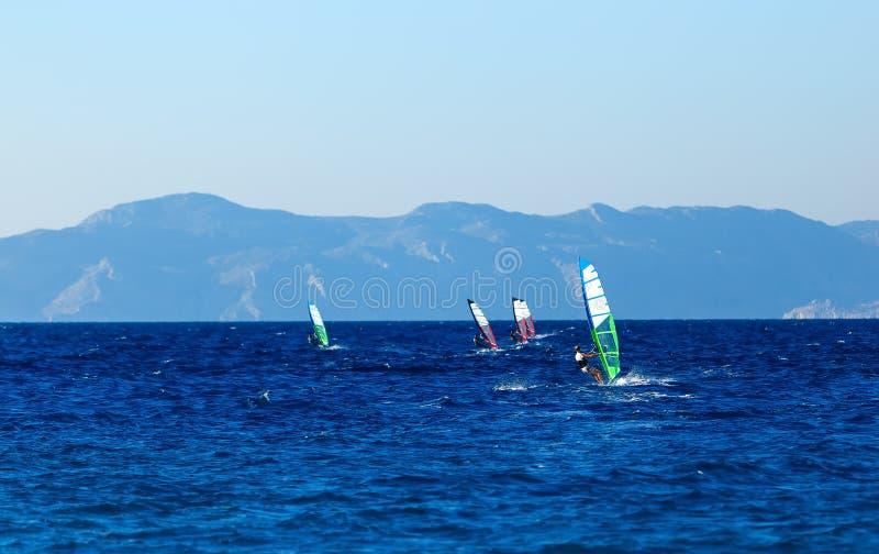 Groep windsurfers op achtergrondbergen in het Egeïsche overzees Griekenland royalty-vrije stock foto