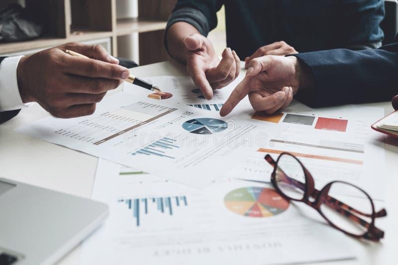 Groep zaken Commerciële Teamadviseur bezige het bespreken financi stock afbeelding