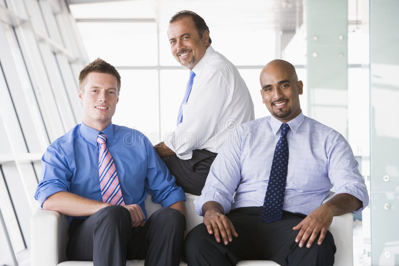 Groep zakenlieden die in hal zitten stock foto