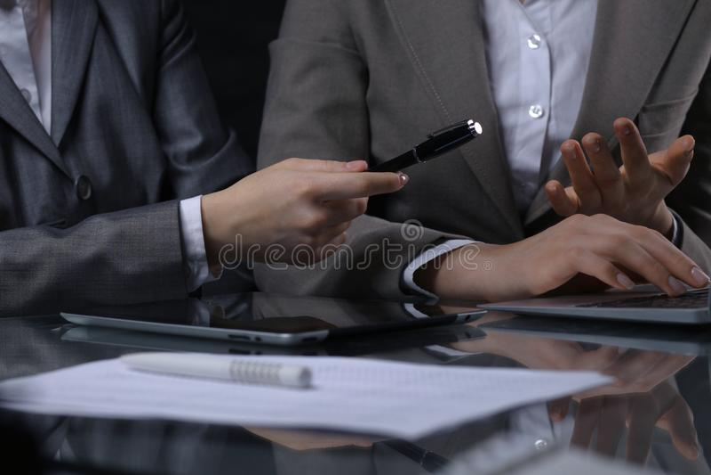 Groep zakenlui of advocaten op vergadering Rustige verlichting royalty-vrije stock foto