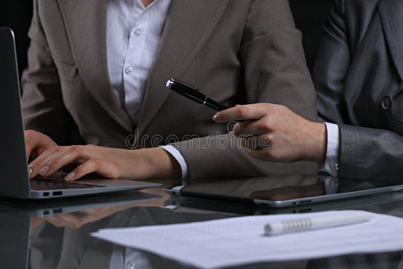 Groep zakenlui of advocaten op vergadering Rustige verlichting stock foto
