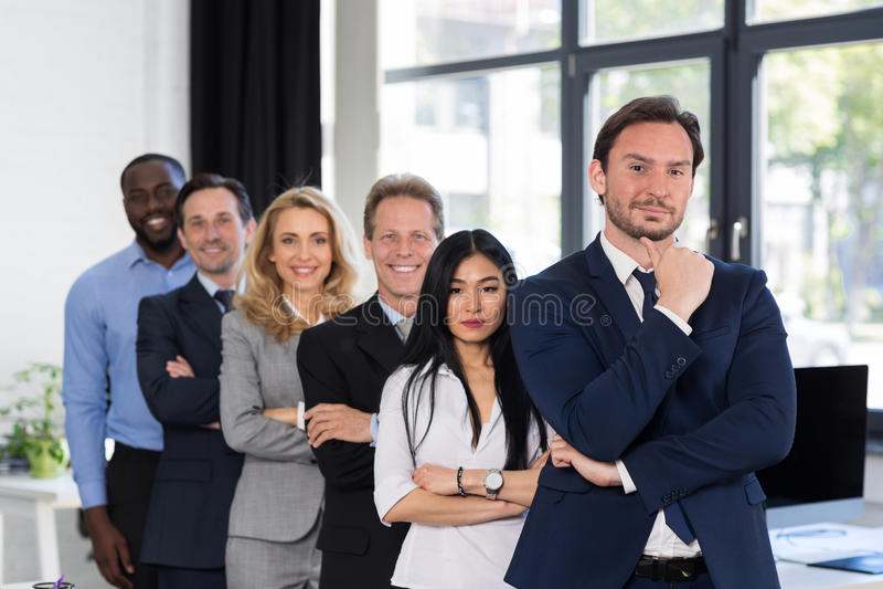 Groep Zakenlui in Creatief Bureau met Mannelijke Leider On Foreground Businessmen en Onderneemsters Succesvol Team stock foto