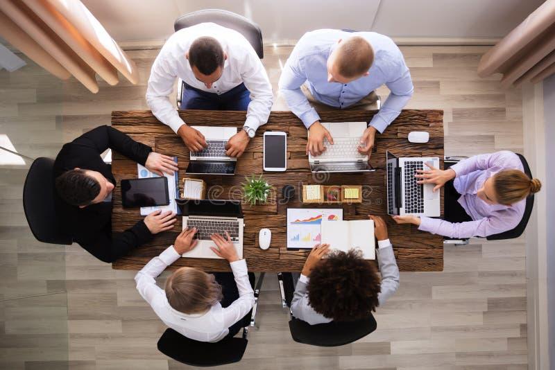 Groep zakenlui die aan laptop werken stock fotografie