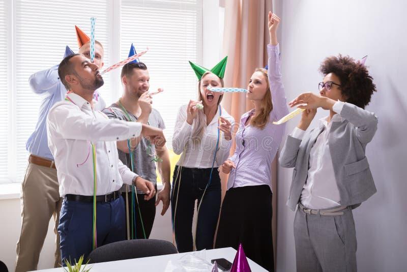 Groep Zakenlui die in Bureau vieren stock fotografie
