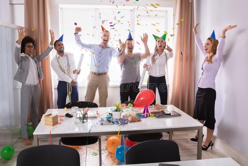 Groep Zakenlui die in Bureau vieren royalty-vrije stock foto's