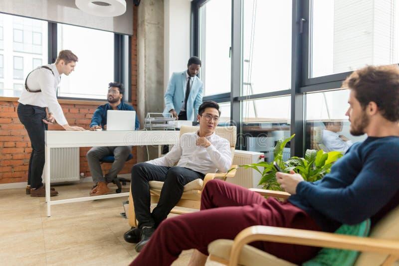 Groep zakenlui die en businessplan samenwerken voorbereiden stock foto