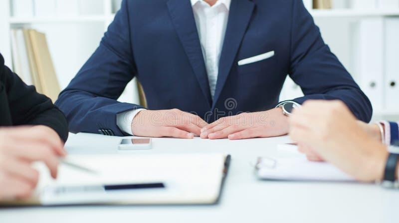 Groep zekere partners die het werk plannen op vergadering stock afbeelding